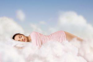 Frau schläft auf Wolgen