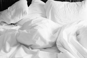 Bettdecken und Bettkissen auf einem Bett