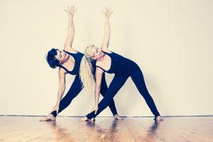 Zwei Frauen machen Sport in einem Raum