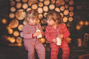 Zwei Kinder im Schlafanzug trinken Milch
