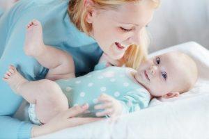 Eine Mutter mit ihrem Baby auf einem Bett
