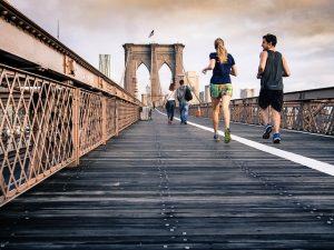 Eine Frau und ein Mann Joggen über eine Brücke