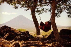 Eine person liegt in schöner Natur in einer Hängematte zischen zwei Bäumen