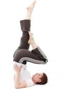Mit Gymnastikuebungen im Bett wie zum Beispiel der Kerze bringst Du Deinen Kreislauf in Schwung